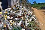 Lixo de garrafas de aguardente no garimpo do Juruena. Mato Grosso. 2007. Foto de Zig Koch.