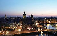 Nederland Amsterdam - april 2018.  Amsterdam bij zonsondergang. De Prins Hendrikkade. In het midden de Nicolaaskerk. Rechts het stationsgebied. Foto Berlinda van Dam / Hollandse Hoogte