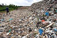 Lixão do Aurá.<br /> Cerca  2 mil toneladas de lixo  são coletados  de  450 mil residências diariamente e depositados  a céu aberto sem nenhum tratamento no lixão do Aurá que serve a grande Belém. .  .<br /> O chorume que escorre do lixo segue para os rios que fazem parte da APA Belém contaminando o rio Aurá e os lagos Bolonha e Água Preta.<br /> Segundo estudo do Instituto Brasileiro de Geografia e Estatística (IBGE), Belém é a cidade com mais de um milhão de habitantes que apresenta o pior índice de esgoto a céu aberto no entorno de residências com quadras definidas. O levantamento foi feito com base na pré-coleta de dados do Censo 2010 e avaliou 96,9% dos domicílios urbanos do país, não levando em consideração favelas e outras ocupações irregulares. Outro estudo, do Instituto Trata Brasil, coloca Belém no 73ª lugar em um ranking de 81 cidades no quesito coleta e tratamento sanitário. Com cerca de 1,4 milhões de habitantes, apenas 6% dos belenenses são atendidos com serviço de esgoto sanitário adequado.<br /> Belém, Pará, Brasil<br /> Foto Paulo Santos<br /> 21 / 03 / 2013