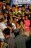 """Manaus 07/11/2012 -Familiares de  Italo de Souza, 24 anos morto na troca de tiros com a Força tática da PM na rrua 13 Alvorada 3, zona oeste de Manaus. A série """"guerra esquecida"""", revela uma triste realidade da maior cidade do norte do Brasil. Manaus teve  de 2010 a 2012 mais de  2 mil homicidios de jovens envolvidos com o tráfico de drogas. A igreja católica em fevereiro de 2013 lançou a campanha da CNBB (Conferência Nacional dos Bispos do Brasil), que tem como tema """"Fraternidade e Juventude"""" , o que gerou polêmica na cidade devido ao número de homicidios que o governo do Amazonas não reconhece, ou tenta manipular dados para que não se tenha uma imagem negativa do estado Em 2014 manaus é uma das subsedes da Copa do Mundo de Futebol. (Foto Albero Céesar Araújo)"""
