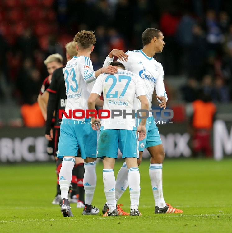 29.11.2015, BayArena, Leverkusen, GER, 1.FBL, Bayer 04 Leverkusen vs FC Schalke 04<br /> Der Eigentorsch&uuml;tze zum 1:1, Sascha Reiter (Schalke) wird von Roman Neust&auml;dter (Schalke) und Joel Matip (Schalke) getr&ouml;stet<br /> Foto &copy; nordphoto /  Bratic