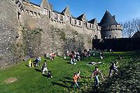 Des jeux bretons sont organises dans les douves du chateau pour les enfants