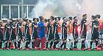 BLOEMENDAAL   - Hockey -  3e en beslissende  wedstrijd halve finale Play Offs heren. Bloemendaal-Amsterdam (0-3). shake hands.    Amsterdam plaats zich voor de finale.  COPYRIGHT KOEN SUYK