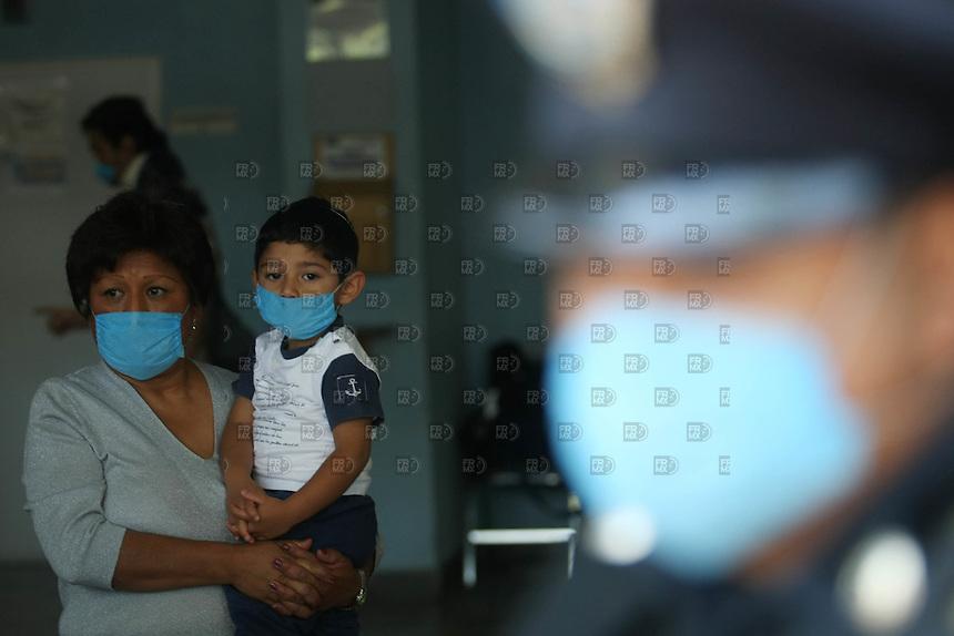 Familiares de enfermos de Influenza o gripe porcina esperan a sus familiares afuera del Instituto Nacional de Enfermedades Respiratorias, el 25 de abril de 2009. Foto: Alejandro Meléndez