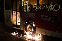 SAO PAULO, 11 DE JUNHO DE 2013 - PROTESTO AUMENTO TARIFA - Um onibus foi depedrado e incendiado por manifestantes que protestavam contra o aumento da tarifa do transporte público, na região da Sé, centro da capital, na noite desta terça feira, 11. Ninguém foi preso.  (FOTO: ALEXANDRE MOREIRA / BRAZIL PHOTO PRESS)