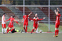 Daniel Simoes (Hoechst) erzielt das 2:4 gegen Max Sander (Büttelborn) und jubelt - Büttelborn 31.10.2017: SKV Büttelborn vs. TSV Höchst