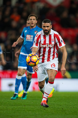 19.11.2016. Bet365 Stadium, Stoke, England. Premier League Football. Stoke City versus AFC Bournemouth. Stoke City forward Jonathan Walters chases down a loose ball.