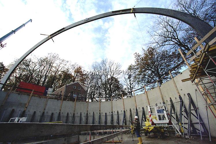 Foto: VidiPhoto..ARNHEM - De eerste spant staat. De daadwerkelijke bouw van het eivormige dak van HollandRama in het Openluchtmuseum in Arnhem is nu begonnen. .Tevens werd hiermee het hoogste punt bereikt. HollandRama is een futuristisch panoramatheater dat in april volgend jaar klaar moet zijn. Bezoekers reizen straks in een moderne capsule door het Nederland van .vroeger en nu.