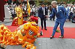 Foto: VidiPhoto<br /> <br /> RHENEN &ndash; In aanwezigheid van Chinese en Nederlandse hoogwaardigheidsbekleders, onder wie oud-premier J. P. Balkenende, hebben de Chinese ambassadeur Wu Ken en dierentuineigenaar Marcel Boekhoorn, dinsdag officieel het nieuwe reuzenpandaverblijf Pandasia (9000 vierkante meter) in Ouwehands Dierenpark in Rhenen geopend. Direct daarna mochten de twee panda&rsquo;s Xing Ya en Wu Wen hun nieuwe onderkomen verkennen. De dieren zijn op 12 april al gearriveerd maar verbleven tot dinsdag achter de schermen in quarantaine. Aan de komst van de panda&rsquo;s is zestien jaar voorbereiding aan vooraf gegaan. De bouw van Pandasia heeft 7 miljoen euro gekosten. De panda&rsquo;s blijven eigendom van de Chinese overheid. Ouwehands huurt ze voor 1 miljoen dollar per stuk per jaar. Bezoekers mogen de dieren vanaf woensdag alleen bezoeken met online tickets om parkeeroverlast te te grote drukte te voorkomen. Omdat er te weinig parkeerruimte is bij het park zijn buurgemeente niet blij met de komst van de panda&rsquo;s. Zij vrezen enorme verkeersoverlast. Foto: Marcel Boekhoorn voert een reinigingsritueel uit.