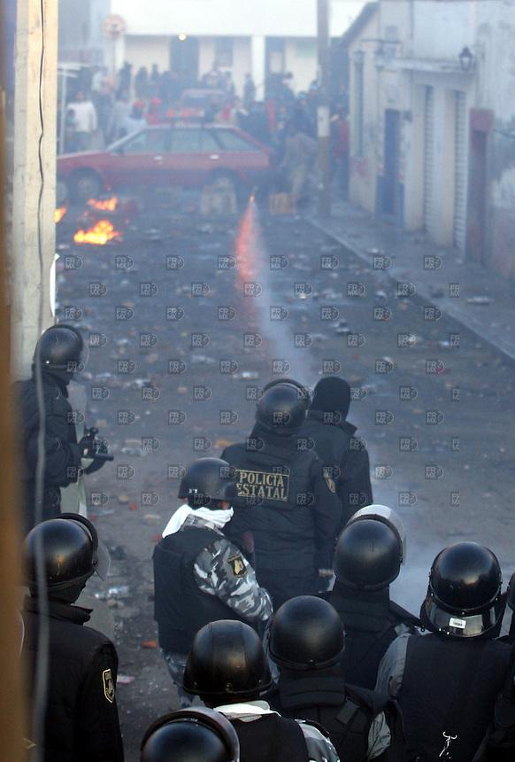 Policias municipales y de la PFP entran al pueblo de San Salvador Atenco  para desalojar a los miembros del Frente del Pueblo en Defensa de la Tierra,  el jueves 4 de mayo de 2006. Foto: Alejandro Meléndez