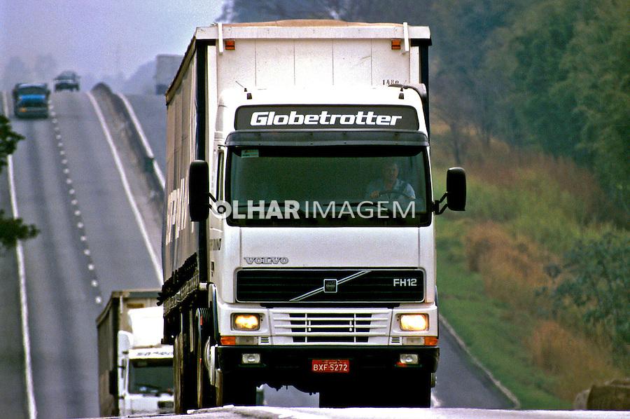 Transporte de carga, rodovia Dutra, São Paulo. 1998. Foto de Juca Martins.