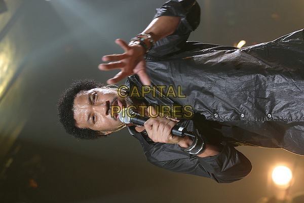 LIONEL RICHIE.In concert in Zenith, Paris.September 30th, 2004.half length, stage concert, singing, sweating, hand, gesture.www.capitalpictures.com.sales@capitalpictures.com.© Capital Pictures.