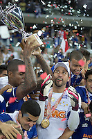 BELO HORIZONTE, MG, 13.04.2014 – CAMPEONATO MINEIRO 2014 – CRUZEIRO X ATLÉTICO-MG jogadores do Cruzeiro Comemorando o titulo de campeão Mineiro 2014, no estádio Mineirão, na tarde deste domingo (13) (Foto: MARCOS FIALHO / BRAZIL PHOTO PRESS)