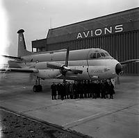 Ateliers Bréguet (Colomiers). 5 janvier 1962. Vue d'ensemble de l'équipe Bréguet Aviation (dirigeants?) posant en groupe devant l'avion militaire Bréguet-Atlantic.