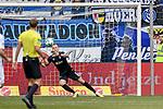 11.03.2018, Schauinsland-Reisen-Arena, Duisburg, GER, 2.FBL, MSV Duisburg vs Fortuna Duesseldorf / D&uuml;sseldorf, im Bild Mark Flekken (#1, MSV Duisburg) kann den Ball vom Torschuetzen Rouwen Hennings (#28, Fortuna Duesseldorf) zum 0:1 nicht halten<br /> <br /> <br /> <br /> Foto &copy; nordphoto/Mauelshagen