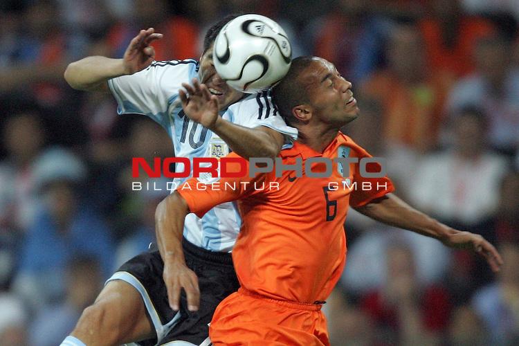 FIFA WM 2006 -  Gruppe C Vorrunde ( Group C )<br /> Play     #37 (21-Jun) - Niederland ( Holland ) - Argentinien<br /> <br /> Juan Riquelme (links) von Argentinien im Kopfball Duell mit  Denny Landzaat (rechts) von Niederlande.<br /> <br /> Foto &copy; nordphoto