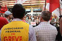 SAO PAULO, 14 DE JUNHO DE 2012 - MANIFESTACAO TRABALHADORES JUDICIARIO - Trabalhadores do Judiciario Federal de Sao Paulo em manifestacao em frente ao Tribumal Regional Eleitoral, na regiao central da capital. FOTO: ALEXANDRE MOREIRA - BRAZIL PHOTO PRESS
