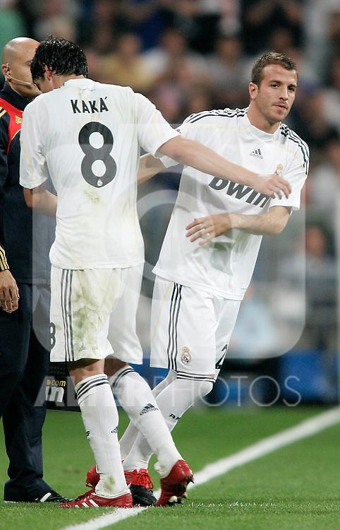 Real Madrid's Kaka is substituted by Rafael van der Vaart during La Liga match. October 31, 2009. (ALTERPHOTOS/Alvaro Hernandez).