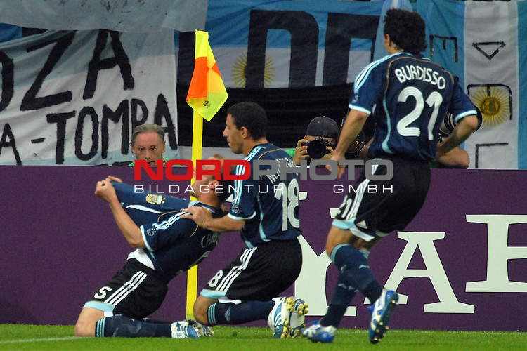 FIFA WM 2006 -  Gruppe C Vorrunde ( Group C )<br /> <br /> Play   #21 (16-Jun) - Agrentinien - Serbien / Montenego<br /> <br /> <br /> <br /> Jubel nach dem 2-0 durch Esteban Cambiasso (ARG), Maxi Rodriguez (ARG) und Nicolas Burdisso (ARG) feiern den Torschuetzen.<br /> <br /> <br /> <br /> Foto &copy; nordphoto