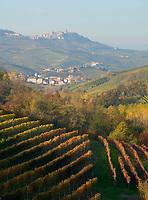 Italien, Piemont, Region Langhe, Barolo: beruehmter Weinbauort, malerische Herbstlandschaft | Italy, Piedmont, Region Langhe, Barolo: famous wine village, picturesque autumn landscape