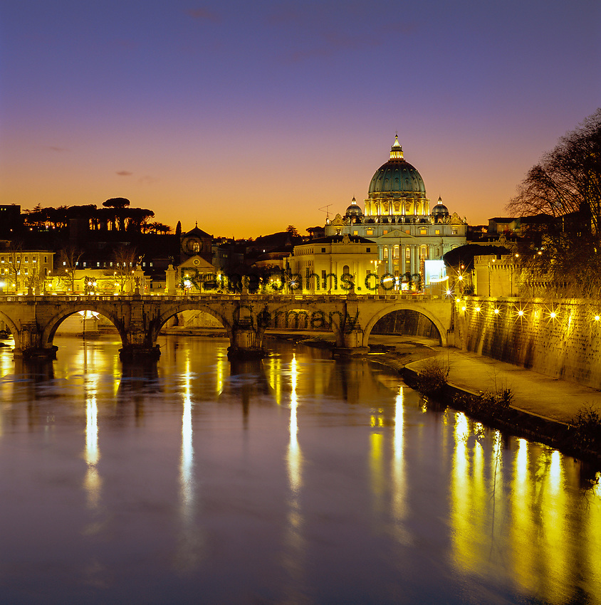 Italy, Lazio, Rome: St Peter's Basilica, the River Tiber and Ponte Sant'Angelo at dusk | Italien, Latium, Rom: der Petersdom, die Ponte Sant'Angelo und der Tiber