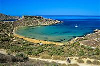 Malta, Ghajn Tuffieha Bay: beliebte Badebucht mit Sandstrand in unmittelbarer Naehe der Golden Bay | Malta, Ghajn Tuffieha Bay: a popular beach a short distance east of Golden Bay