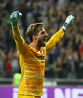 Torwart Kevin Trapp (Eintracht Frankfurt) zeigt an dass das Spiel Aus ist und jubelt über den Einzug in die Gruppenphase - 29.08.2019: Eintracht Frankfurt vs. Racing Straßburg, UEFA Europa League, Qualifikation, Commerzbank Arena<br /> DISCLAIMER: DFL regulations prohibit any use of photographs as image sequences and/or quasi-video.