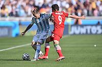 FUSSBALL WM 2014  VORRUNDE    GRUPPE F     Argentinien - Iran                         21.06.2014 Lucas Biglia (li, Argentinien) gegen Alireza Jahanbakhsh (re, Iran)