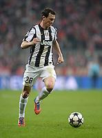 FUSSBALL  CHAMPIONS LEAGUE  VIERTELFINALE  HINSPIEL  2012/2013      FC Bayern Muenchen - Juventus Turin       02.04.2013 Stephan Lichtsteiner (Juventus Turin) Einzelaktion am Ball