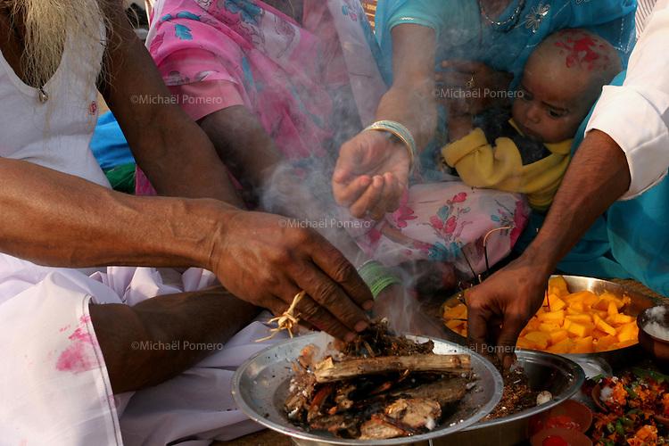 30.11.2008 Varanasi(Uttar Pradesh)<br /> <br /> Family making puja in the main ghat.<br /> <br /> Famille faisant une puja sur le ghat principal.