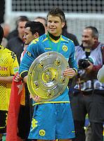 FUSSBALL      DFB POKAL FINALE       SAISON 2011/2012 Borussia Dortmund - FC Bayern Muenchen   12.05.2012 Torwart Mitchell Langerak (Borussia Dortmund)  mit der Meisterschale