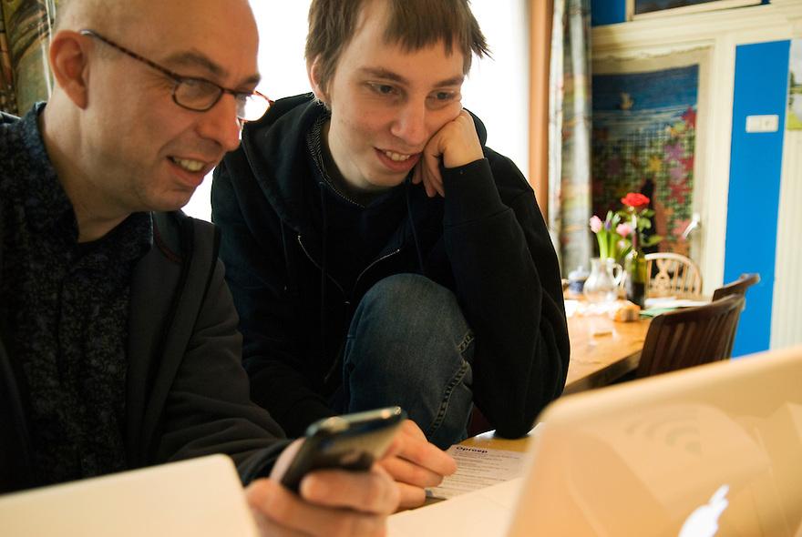 Driebergen,16 febr, 2010.Vader en zoon. Michiel enNils samen aan de laptop.. (c)Renee Teunis.
