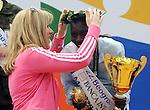 ATLETIKA, Beograd, 18. Apr. 2009. - Kenijska atleticka Ana Dzemkeboj Kosgei prima nagradu od ministarke sporta Snezane Markovic Samardzic za pobedu u 22. Beogradskom maratonu u konkurenciji dama. FOTO:  NENAD NEGOVANOVIC