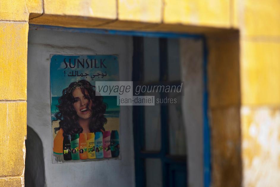 Afrique/Afrique du Nord/Maroc/Essaouira: Dans la médina, porte et affiche de publicité pour des shampoing