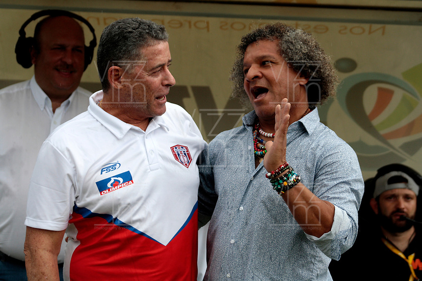 SANTA MARTA-COLOMBIA, 14-09-2019: Pedro Sarmiento, técnico de Unión Magdalena y Alberto Gamero, técnico de Deportes Tolima, durante partido entre Unión Magdalena y Deportes Tolima, de la fecha 11 por la Liga Águila II 2019, jugado en el estadio Sierra Nevada de la ciudad de Santa Marta. / Pedro Sarmiento, coach of Union Magdalena and Alberto Gamero, coach of Deportes Tolima, during a match between Union Magdalena and Deportes Tolima, of the 11th date for the Aguila Leguaje II 2019 played at the Sierra Nevada Stadium in Santa Marta city. Photo: VizzorImage / Gustavo Pacheco / Cont.