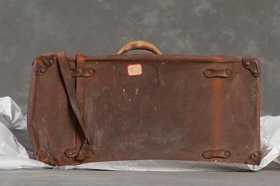 Willard Suitcases / Eva I / ©2014 Jon Crispin