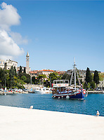 Croatia, Istria, Pula: marina, at background the Pula Arena (amphitheatre) and steeple of church St Anton | Kroatien, Istrien, Pula: Hafen, dahinter das Amphitheater und der Turm der Kirche Sankt Anton