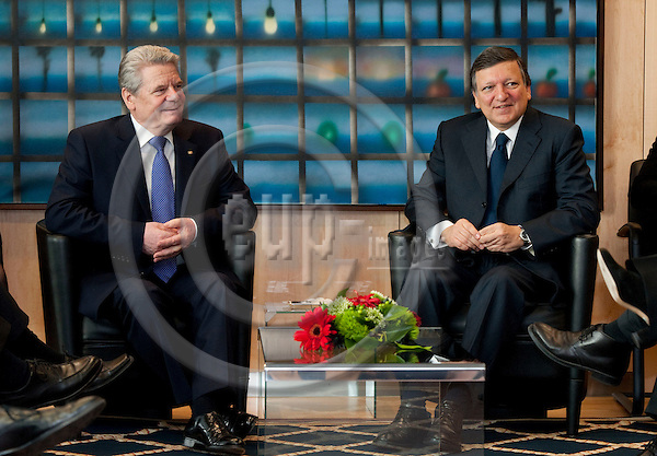 Brussels-Belgium, April 17, 2012 -- José (Jose) Manuel BARROSO (ri), President of the European Commission, welcomes Joachim GAUCK (le), President of the Federal Republic of Germany -- Photo: Horst Wagner / eup-images