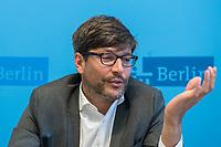 Vorstellung der Berliner Fachstelle gegen Diskriminierung auf dem Wohnungsmarkt<br /> Der Berliner Justizsenator Dr. Dirk Behrendt stellte am Montag den 11. September 2017 gemeinsam mit Dr. Christiane Droste von UrbanPlus und Remzi Uyguner vom Tuerkischen Bund in Berlin-Brandenburg (TBB) die neue Fachstelle vor.<br /> An die Fachstelle koennen sich Buergerinnen und Buerger wenden, die entweder im Bewerbungsprozess um eine Mietwohnung oder auch im Rahmen eines bestehenden Mietverhaeltnisses Diskriminierung zum Beispiel auf Grund ihrer Herkunft oder Religion erfahren haben.<br /> Fuer Familien mit Kindern, Menschen mit nicht-deutsch anmutenden Namen oder Menschen mit Behinderung ist Diskriminierung auf dem Wohnungsmarkt nichts Neues. Um fuer diese Menschen Gleichberechtigung herzustellen hat die Berliner Fachstelle gegen Diskriminierung auf dem Wohnungsmarkt im Sommer 2017 ihre Arbeit aufgenommen. Sie wird in einer Kooperation zwischen dem Buero UrbanPlus und dem Tuerkischen Bund in Berlin-Brandenburg (TBB) betrieben. Die Fachstelle vermittelt u.a. bestehenden Beratungsangebote fuer Betroffene und bietet Vernetzungs-, Fortbildungs- und Qualifizierungsangebote fuer Beratungsstellen und Wohnungsanbieter.<br /> Im Bild: Dr. Dirk Behrendt, Senator fuer Justiz, Verbraucherschutz und Antidiskriminierung (Buendnis 90/Gruene).<br /> 11.9.2017, Berlin<br /> Copyright: Christian-Ditsch.de<br /> [Inhaltsveraendernde Manipulation des Fotos nur nach ausdruecklicher Genehmigung des Fotografen. Vereinbarungen ueber Abtretung von Persoenlichkeitsrechten/Model Release der abgebildeten Person/Personen liegen nicht vor. NO MODEL RELEASE! Nur fuer Redaktionelle Zwecke. Don't publish without copyright Christian-Ditsch.de, Veroeffentlichung nur mit Fotografennennung, sowie gegen Honorar, MwSt. und Beleg. Konto: I N G - D i B a, IBAN DE58500105175400192269, BIC INGDDEFFXXX, Kontakt: post@christian-ditsch.de<br /> Bei der Bearbeitung der Dateiinformationen darf die Urheberkennzeichnung in de