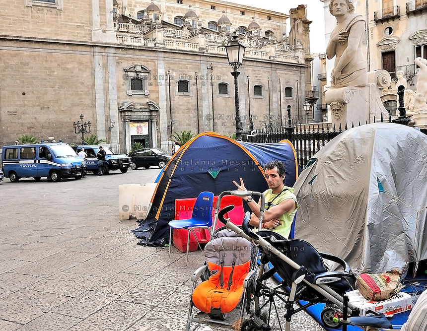 Palermo, after the eviction, the homeless families moved in the tents, they sleep and live just under the seat of the municipality of palermo, claiming the allocation of public housing.<br /> Palermo, dopo lo sfratto le famiglie dei senza casa si sono accampate sotto la sede del comune, reclamando l'assegnazione di un alloggio popolare.