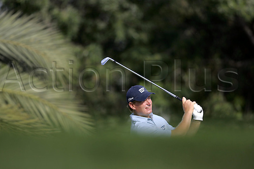 6 March 2005: South African golfer Ernie Els (RSA) looks into the distance after playing an iron from a tee during the fourth round of the Dubai Desert Classic held on the Majlis Course at the Emirates Golf Club, Dubai, United Arab Emirates. Els won by one stroke after finishing on 19 under par. Photo: Neil Tingle/Action Plus..050306 male man men golf golfer golfers