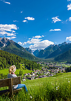 Italy, South Tyrol (Trentino-Alto Adige), Dobbiaco: popular resort in Hochpuster Valley with Sexten Dolomites, at background entrance to Valley Hoehlenstein (Val di Landro) | Italien, Suedtirol (Trentino - Alto Adige), Toblach: beliebter Urlaubsort im Hochpustertal vor den Sextner Dolomiten mit Pfarrkirche zum Hl. Johannes dem Taeufer, im Hintergrund das Toblacher Feld mit dem Eingang zum Hoehlensteintal (Val di Landro)