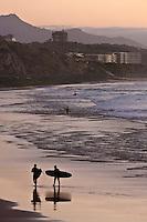 Europe/France/Aquitaine/64/Pyrénées-Atlantiques/Pays-Basque/Biarritz: Surfeurs,  Plage de la Côte des Basques en fond la silhouette du Château d'Ilbarritz à Bidart