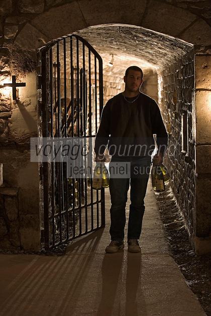 Europe/France/Bourgogne/89/Yonne/Chablis: Benoit Droin vigneron dans sa cave de la Providence revient avec des bouteilles de Chablis Grand Cru
