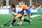 BLOEMENDAAL  - Maxime Kerstholt (Laren) scoort voor Laren. rechts Fee Schreuder (Bl'daal)  Hoofdklasse competitie dames, Bloemendaal-Laren (1-5) FOTO KOEN SUYK
