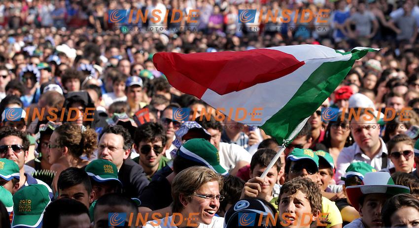Tifosi. Bandiera<br /> Maxi schermo a Piazza di Siena .<br /> La nazionale di calcio italiana eliminata dalla Slovacchia.<br /> World Cup South Africa 2010. Slovacchia Italia 3-2<br /> Roma, 24 Giugno 2010.<br /> Photo Serena Cremaschi Insidefoto
