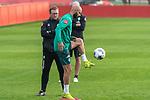 09.01.2020, Sportzentrum RCD Mallorca, Son Bibiloni, ESP, TL Werder Bremen -  Training Tag 07<br /> <br /> im Bild / picture shows <br /> <br /> Aufwaermtraining / Gymnastik /  Ömer / Oemer Toprak (Werder Bremen #21)<br /> Thomas Horsch (Co-Trainer SV Werder Bremen)<br /> <br /> Foto © nordphoto / Kokenge