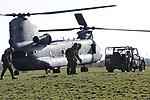 Foto: VidiPhoto<br /> <br /> ELST &ndash; De 11 Bevo-cie van de Luchtmobiele Brigade ging dinsdag &ldquo;tot aan de pijngrens&rdquo; om veehouders in de Overbetuwe geen overlast te bezorgen. In overleg met de agrari&euml;rs mocht op vijf weilanden in de gemeente Overbetuwe een chinook-helicopter mensen en materiaal droppen en ophalen. Om boeren en vee niet tot overlast te zijn, zoals in de Achterhoek vorige week, is veel overleg geweest over deze voor defensie unieke wintertraining op burgerterrein, vertelt sergeant-majoor Hoek. Normaal worden dit soort transportvluchten alleen op militair terrein geoefend. Doordat het vee nu binnen zit, kon er bij melkveehouders van de lege weilanden gebruik gemaakt worden. Bewust werd er hoog over de veestallen heen gevlogen om schrikreacties bij de koeien te voorkomen. De uiterwaarden konden niet gebruikt worden omdat die door het hoge water van vorige week nog te drassig zijn.