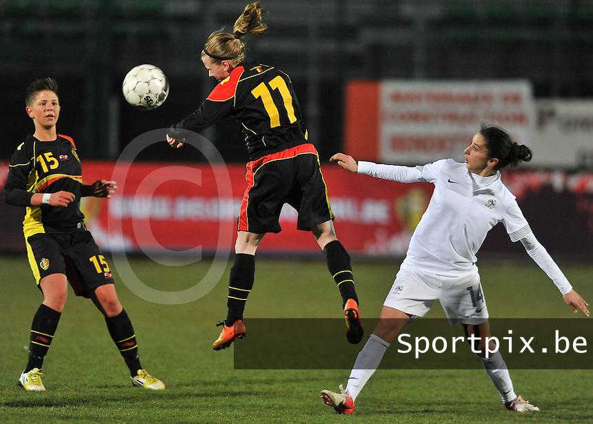 France U19 - Belgium U19 : Yana Haesebroek met de kopbal voor Celine Verdonck (links) en Ghoutia Karchouni.foto DAVID CATRY / Nikonpro.be