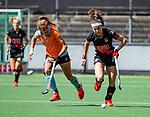 AMSTELVEEN  -   Eva de Goede (A'dam) met Laura van Weeren (Gro).  Hoofdklasse hockey dames ,competitie, dames, Amsterdam-Groningen (9-0) . Eva de Goede (A'dam) met     COPYRIGHT KOEN SUYK